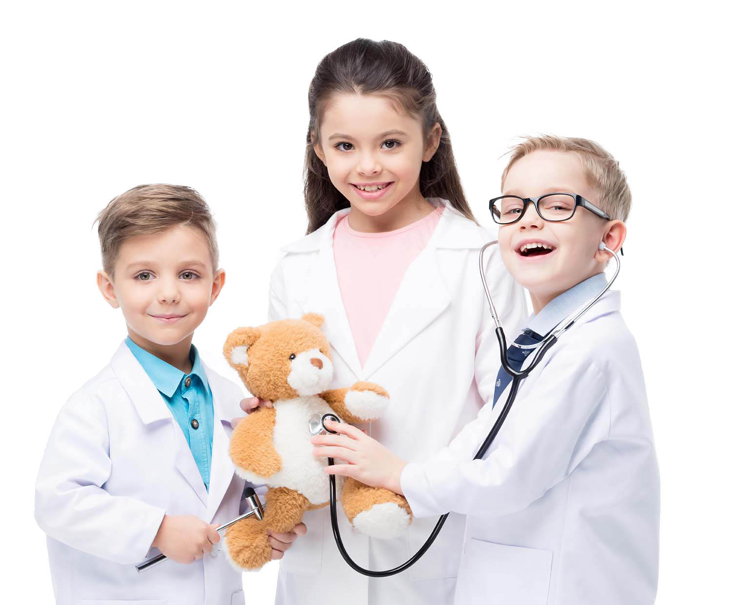 Kinder untersuchen einen Teddybären
